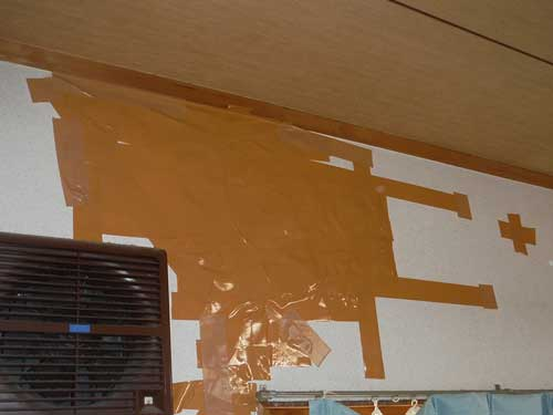 ガムテープで塞がれた壁