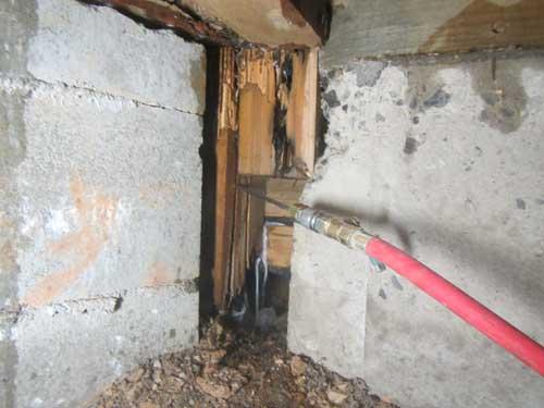 玄関前床下での施工